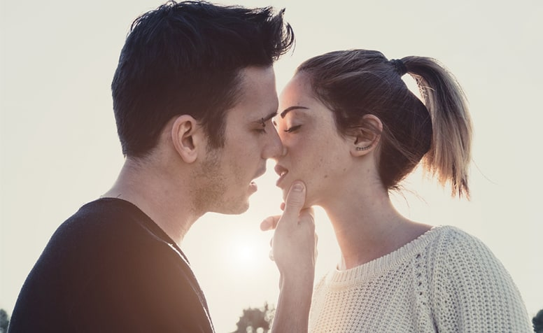 15 gestures that men find cute about a woman